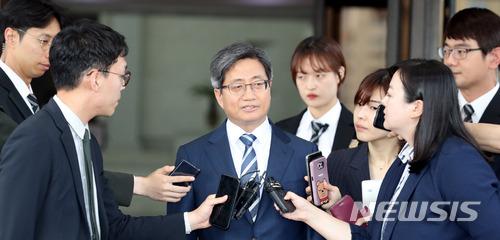 김명수 대법원장이 15일 오후 서울 서초구 대법원에서 퇴근길에 기자들의 질문에 답하고 있다. / 뉴시스
